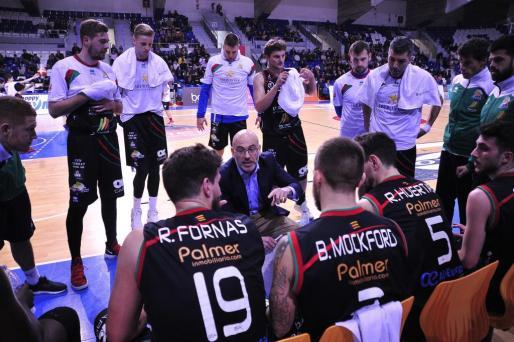 El entrenador del Iberostar Palma , Félix Alonso, da instrucciones a sus hombres