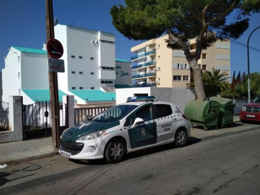 Un coche de la Guardia Civil, en la zona donde se ha producido la caída.