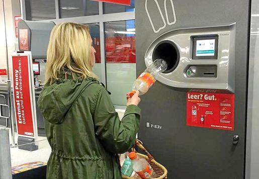 La propuesta del Consell de Mallorca será que las máquinas de devolución de envases se instalen en los supermercados, pero la patronal de las grandes superficies se opone por ahora, no así los pequeños comerciantes, que apoyan la medida.
