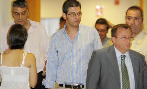 Juan Francisco Gálvez (centro) junto a los abogados Octavio Couto y Bartomeu Vidal en los juzgados.