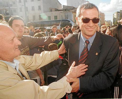Como un héroe. Héctor Cúper recibe las muestras de cariño de la afición del Mallorca tras el regreso de Valencia en una imagen captada hace 20 años.