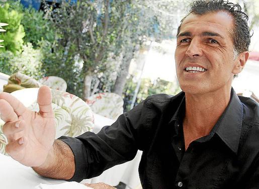 Miquel Angel Nadal, en el Paseo Marítimo y durante la entrevista.