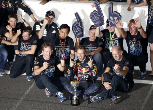 El piloto alemán de Fórmula 1 Sebastian Vettel celebra con los miembros del equipo Red Bull el título de campeón del mundo de Fórmula 1.