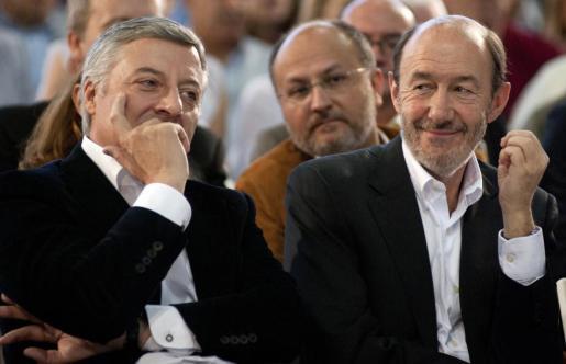 El candidato del PSOE a la Presidencia del Gobierno, Alfredo Pérez Rubalcaba (d) y el ministro de Fomento, José Blanco, durante su asistencia al acto en el que se han presentado las candidaturas socialistas por Galicia.