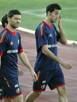 Los jugadores de la selección española, Xabier Alonso (i) y Àlvaro Arbeloa (d), durante una sesión de entrenamiento.