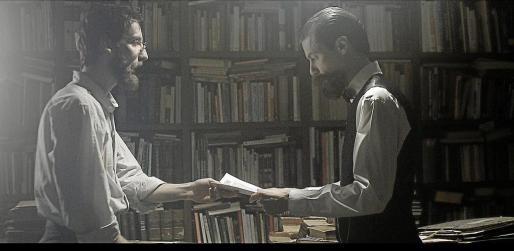 """Un fotograma del documental """"125 años de historias"""" narra el momento en el que José Tous i Ferrer recibe en su mano el primer número de """"La Última Hora""""."""