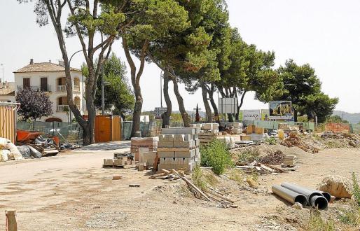 Imagen de la zona de la estación de Artà donde se acumula el material utilizado para las obras.