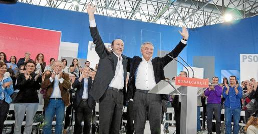 El candidato del PSOE a la Presidencia del Gobierno, Alfredo Pérez Rubalcaba, acompañado por el ministro de Fomento, José Blanco, en Ourense.