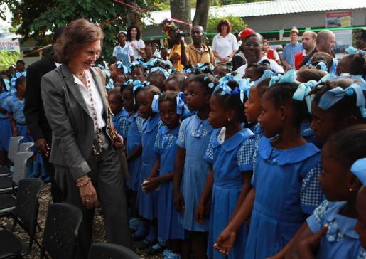 Visita de la Reina al proyecto de una escuela en Santa Rosa de Lima, en Haití.