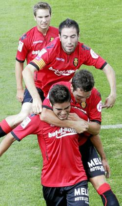 Los jugadores del filial celebran con Abdón su primer gol.