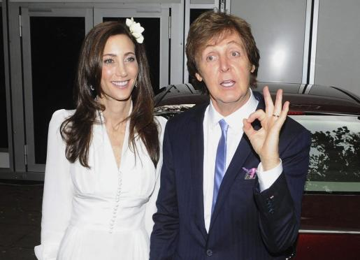 El ex Beatle, Sir Paul McCartney, y Nancy Shevell, llegan a su casa al norte de Londres tras contraer matrimonio en el registro civil de Westminster.
