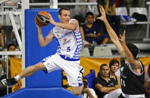 El base de origen brasileño del Lucentum Alicante, Rafa Luz (i), captura un rebote ante el pívot griego del Bizkaia Bilbao Basket, Dimitrios Mavroeidis (d).