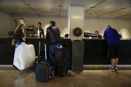 Turistas en la recepción de un hotel de la Platja de Palma.