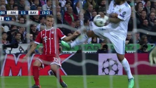 Instante en el que el balón impacta con la mano de Marcelo.