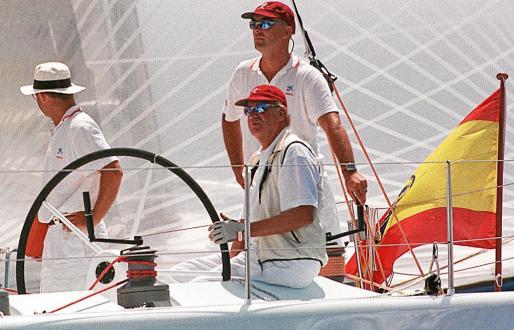 Don Juan Carlos, en el año 2000 a la caña del 'Bribón' durante la XIX Copa del Rey, en la bahía de Palma.