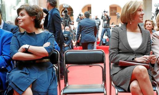 La vicepresidenta del Gobierno, Soraya Sáenz de Santamaría (i), y la secretaria general del PP y ministra de Defensa, María Dolores de Cospedal, durante el acto conmemorativo de la Fiesta del 2 de Mayo, celebrado en la Real Casa de Correos de Madrid.