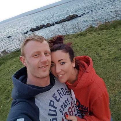 Aaron Henderson junto a su novia Danielle B.