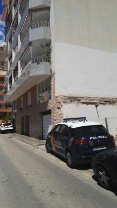 Un coche de la Policía Nacional, en la zona donde se ha precipitado la joven.
