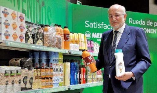 El presidente de Mercadona, Juan Roig, muestra algunos de los productos de la compañía tras un encuentro con los medios.