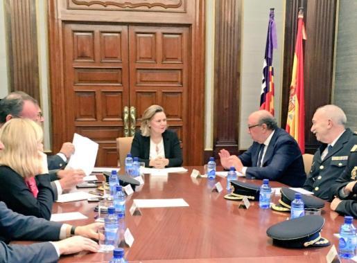 López Iglesias, junto a la delegada del Gobierno en Baleares, María Salom, ha presidido una reunión operativa en las dependencias de la Jefatura Superior de Palma que ha contado con la presencia de todos los mandos policiales de la zona.