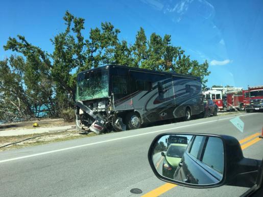 Fotografía fechada el lunes 5 de marzo de 2018 que muestra el lugar del accidente de tránsito ocurrido en la carretera que une los Cayos de Florida con Miami, Florida, donde perdieron la vida cuatro turistas mallorquinas.