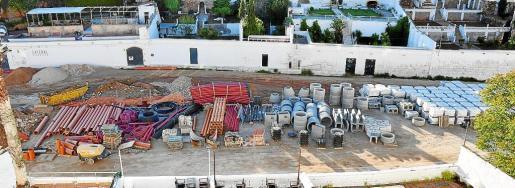 Las zanjas y los materiales de las obras en la Colàrsega del puerto de Ciutadella invaden ahora Es Pla de San Joan.