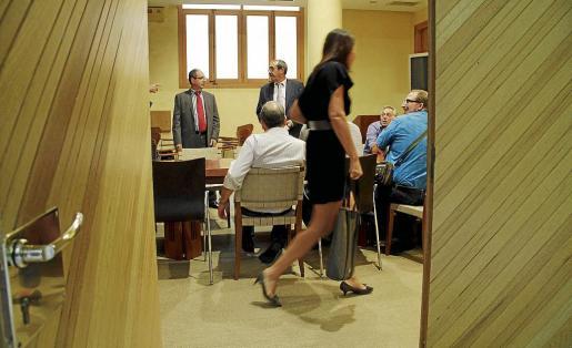 El Govern no dejó entrar a los fotógrafos en la reunión que se celebró ayer tarde en Economia.