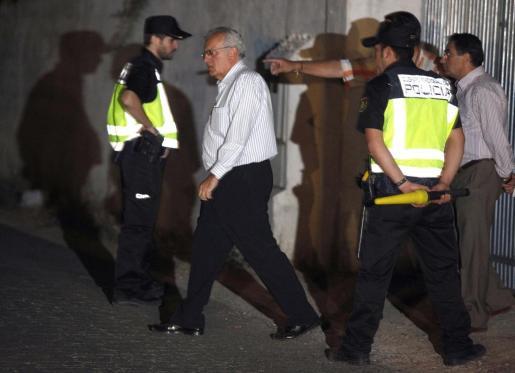 El comisario jefe de la Policía Judicial de Sevilla, Manuel Piedrabuena (2-i), sale de la vivienda de los familiares del padre de los niños de 2 y 6 años desaparecidos en Córdoba el pasado sábado, situada en el cordobés Polígono de las Quemadillas.