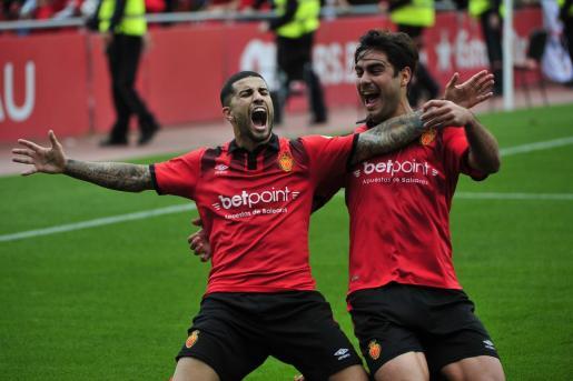Aridai y Abdón celebran el segundo tanto del Mallorca.