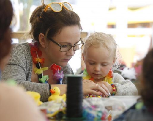 Los niños y niñas que acudieron pudieron participar en diferentes actividades como juegos en el agua o talleres de bisutería.