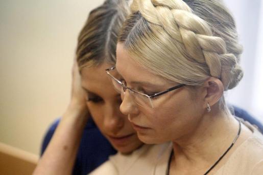 La ex primera ministra y líder opositora de Ucrania, Yulia Timoshenko (d), consuela a su hija Evgenia (i), durante una audiencia celebrada en el juzgado del distrito Pechora de Kiev (Ucrania).