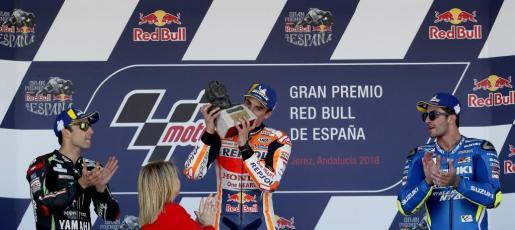 El piloto español de MotoGP Marc Márquez (Repsol Honda Team) (c); el francés Johann Zarco (i) y Andrea Iannone (Team Suzuki Ecstar) (d), en el podio tras lograr la primera, segunda y tercera posición, respectivamente, en el Gran Premio de España.