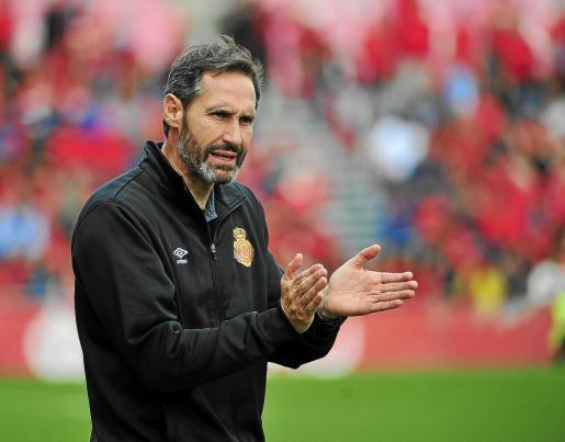 Vicente Moreno aplaude a sus futbolistas.