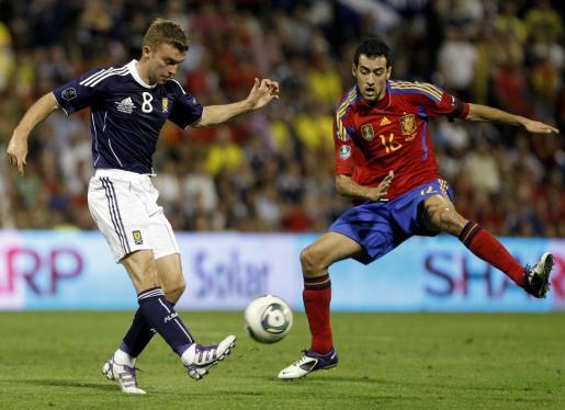 El jugador de la selección Escocesa, James Morrison (izquierda) lucha por un balón frente al español Sergio Busquets.