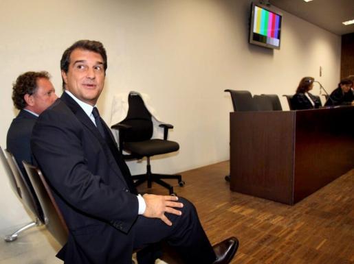El ex presidente del FC Barcelona Joan Laporta, junto a su abogado Xavier Arbos (i).