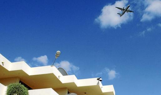 Los vecinos de las barriadas más próximas al aeropuerto se quejan del ruido de los aviones.