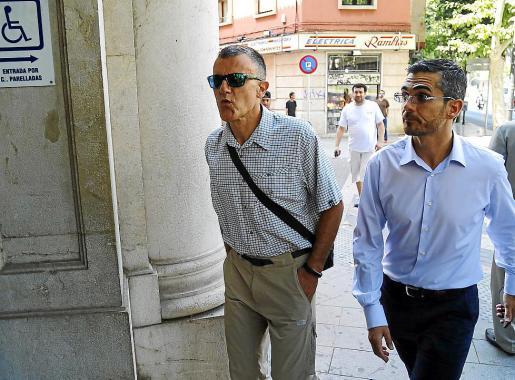 El exjefe de la Policía Local, Joan Mut, izquierda, junto a su abogado.