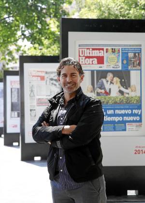 Fernando Crespí, en una imagen captada junto a la exposición de portadas de Ultima Hora.
