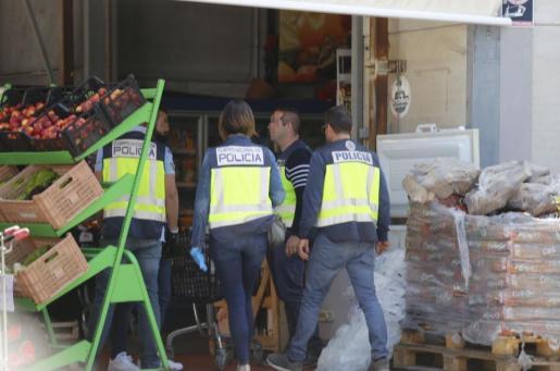 Ocho agentes de la Unidad contra Redes de Migración y Falsedad (UCRIF) acompañados de tres inspectores de Sanidad han inspeccionado el lugar.