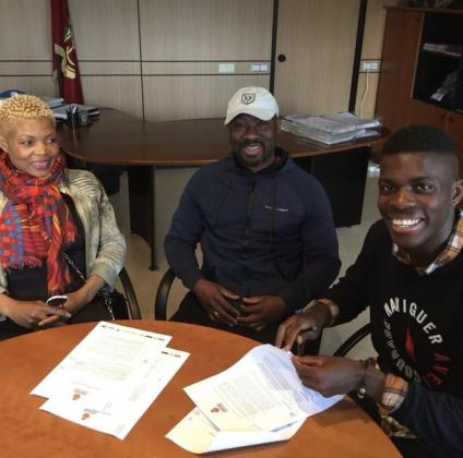 Víctor de Baubang durante la firma de su nuevo contrato.