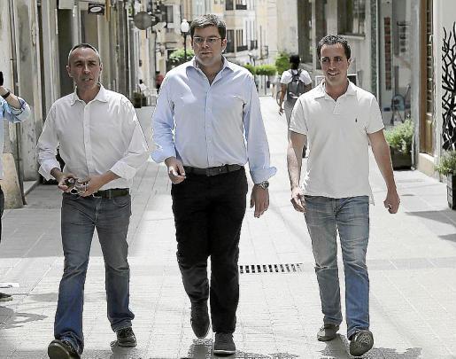 Gabriel Tauler junto a los alcaldes Martí Sansaloni y Llorenç Galmés.