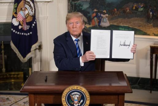 """El presidente estadounidense, Donald Trump, muestra un memorándum presidencial firmado durante la rueda de prensa ofrecida en la Casa Blanca, Washington, EE.UU., el 8 de mayo del 2018, en la que aseguró que los archivos presentados recientemente por Israel son """"la prueba definitiva"""" de que Irán mintió cuando dijo que su programa nuclear tenía fines pacíficos."""