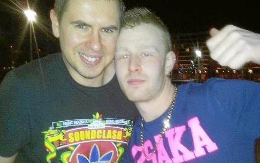 Aaron Henderson, a la derecha, con el conocido DJ Kutski, en una imagen que colgó él en internet.
