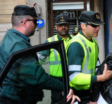 Imagen de archivo de una mujer detenida por la Guardia Civil.