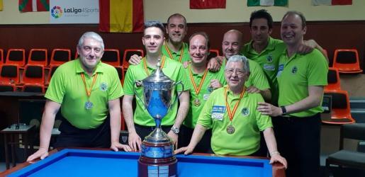 Los integrantes de la Associació Billar Palma posan con su trofeo de campeones.