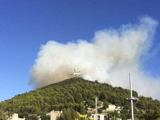 Imagen del incendio forestal que ayer afectó a la montaña de Randa.