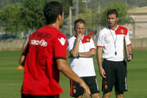 Joaquín Caparrós observa a sus jugadores durante uno de los entrenamientos del Mallorca.