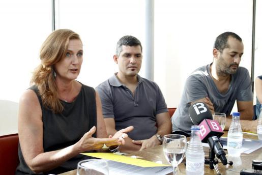 Francesca Von Habsburg y los dos artistas del colectivo 'Los carpinteros', en la rueda de prensa en la que han presentado la exposición de éstos últimos.