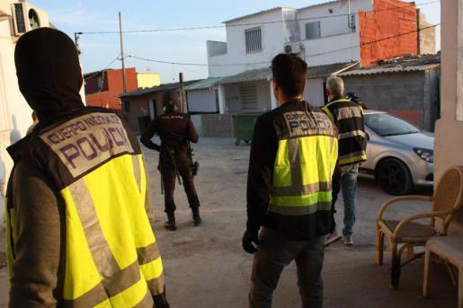 Imagen de agentes de la Policía Nacional durante la 'operación XXL', la segunda fase de la 'operación Nitrato', contra el narcotráfico, que se ha desarrollado en Son Banya y en otras barriadas de Palma.