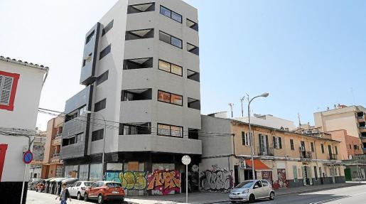 Imagen del edificio ocupado, donde han colocado telas en muchas de las ventanas.